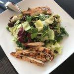 πράσινη σαλάτα με σως αβοκάντο και ψητό κοτόπουλο