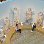 statue romane e greche poste a semicerchio viste dal piano primo