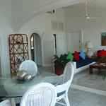 Suite de lujo con sala amplia y comedor para 5 personas, contando con vista al mar.