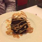 Turron de Chocolate y Helado de Vainilla con Salsa de Caramelo