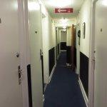 il corridoio (sembra quello di un sommergibile)