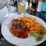 Schnitzel mit Zigeunersauce (steht so auf Schild) Pommes (mit Salat) für nur 8 EUR. Wirklich lec