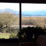 Vista desde el area de estar, Se aprecia por los amplios ventanales el lago y las montañas nevad