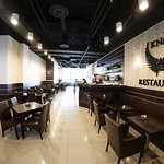 Takto vyzerá reštaurácia od jej vstupu.Reštaurácia sa nachádza na prízemí shopping centra vo Zvo