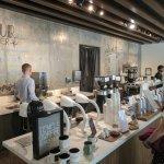 每日手沖咖啡選擇會寫在後面的牆壁上, 很有質感的咖啡器具