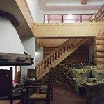 暖炉のあるラウンジ 階段の上は図書室