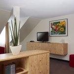 Gemütliche Fernsehecke in der Suite Inselberg im H+ Hotel Friedrichroda