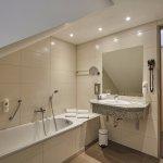 Badezimmer in der Suite Inselberg im H+ Hotel Friedrichroda