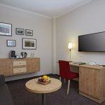 Wohnbereich mit Schreibtisch, Fernseher und Kaffee& Teestation in der Suite Spiessberg
