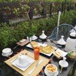 La colazione sulla terrazza fiorita
