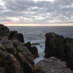sentarse en estas rocas y escuchar el mar, no tiene precio