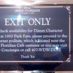 ubicado en el pasillo de acceso al restaurant