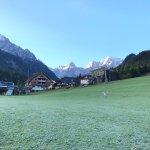 טיול בוקר במסלולי הסקי ללא שלג, מרחק הליכה קצר מהמלון
