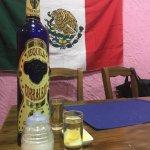 """Pedimos un tequila y nos trajeron algo menos de la mitad de la botella para q la """"rematásemos""""."""