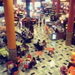 enorme praça de alimentação