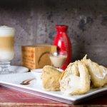 Helado Tempura: Helado de té chai envueltas en tempura crocante, acompañado con salsa de fresa.