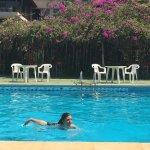 mi hija disfrutando la piscina del hotel, un día caluroso, ella feliz