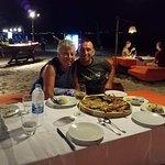 Excellente soirée sur la plage, autour d'un p,ateausea food BBQ