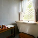 Wates Bangbau has a en suite bathroom with a shower and hot tub
