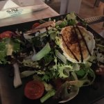 Buenísima comida, a precio razonable, con muy buen trato. El tataki de atún riquísimo!!