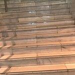 Dejadez suciedad en la entrada,escalera enorme para llegar a la recepcion puertas despintadas,as