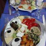 Salade composée ( aubergine, poivron, tzatziki, houmous, feta ...)