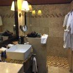 Baño con muy buena ducha y luz natural