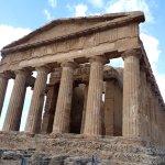Templo griego, casi completo en valle de los templos, cerca Agrigento