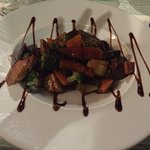 Piatto di verdure cotte al vapore glassate con aceto balsamico al fico