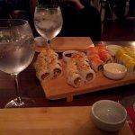 Ordenamos sushi (akira, mei y kay rolls) acompañados de gin tonic.