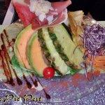 LA COQUELICOT Salade, tomates, melon, pastèque, pétales de jambon de pays, parmesan, fruits de s