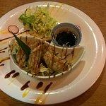 Knusprige Gyoza (gefüllte Teigtaschen) mit Huhn, Soja Limettensauce