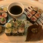 Sushi/Maki Zushi, 3 Sushi Rollen à 6 Stk. jeweils mit Lachs, Thunfisch und eingelegtem Rettich