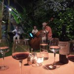 Cena en el jardín con música en vivo
