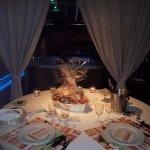 Jolie table dressée avec plateau de fruit de mer pour une belle soirée cocooning