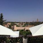 Sicht auf Stadtzentrum Marrakesh vom Terrassenpool