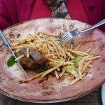 De Black Angus met bearnaisesaus en dunne frietjes.