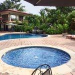 Zimmer und Terrassenbereich und Poolbereich