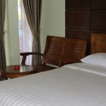 Kamar deluxe dengan kursi kayu