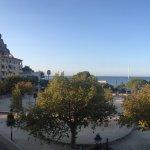 Vanop terras uitzicht op kasteel links en strand vooraan.