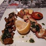 Brochette de Saint-Jacques et cèpes persillées, polenta et tomate