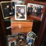 Vitrina con fotos de famosos que han pasado por el hotel.