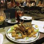 Una calle llena de encanto con restaurantes típicos de España. Vale la pena visitarla