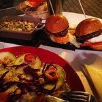 musaka, hamburguesa de retinto, ensalada de calabación y queso payoyo