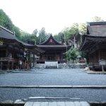 東本宮は社殿の参道が十字に交わります