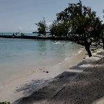 La plage n'est pas bien large au dessus ligne de transat avec une belle vue/