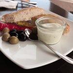 Brot mit Aioli und Oliven