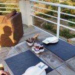 terrasse à cote de la piscine pour le petit déjeuner