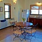 cocina comedor y puerta de ingreso cabaña Mora