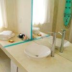 Baños luminosos con paneles de ducha